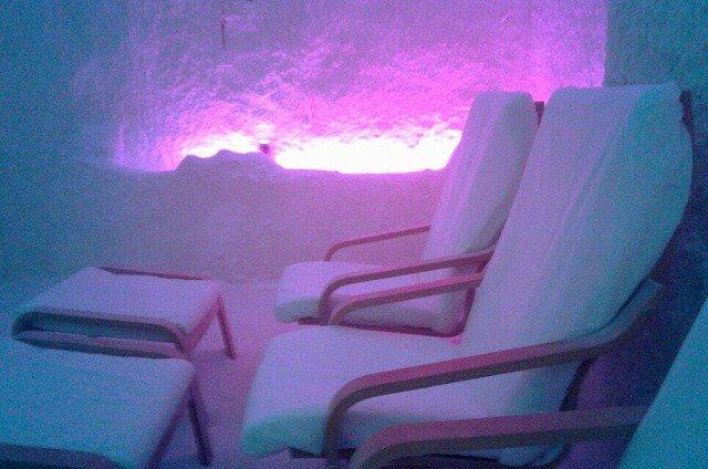 sillones en sala de haloterapia saltium