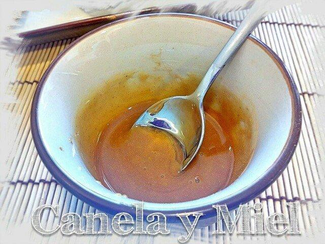 mezcla en un cuenco de canela y miel