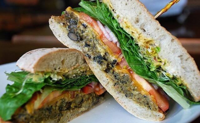hamburguesa vegetal partida por la mitad y con un palillo