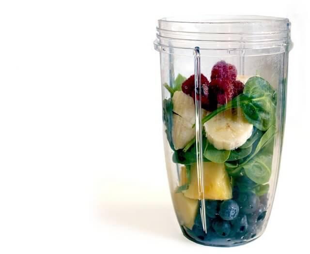 ingredientes de batido verde en un vaso de batidora