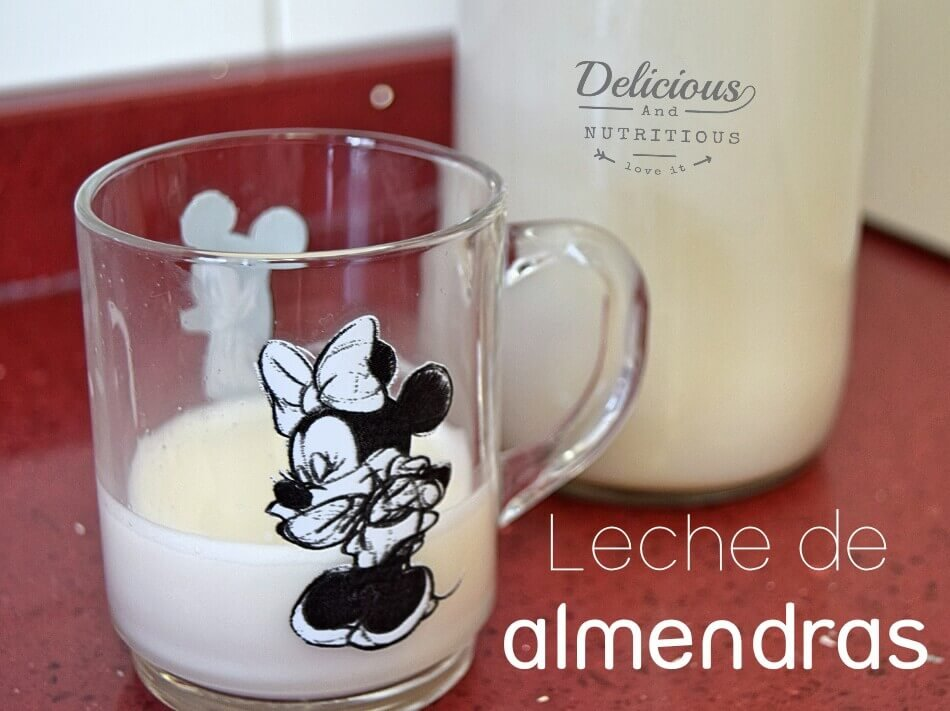 vaso y botella con leche de almendras casera