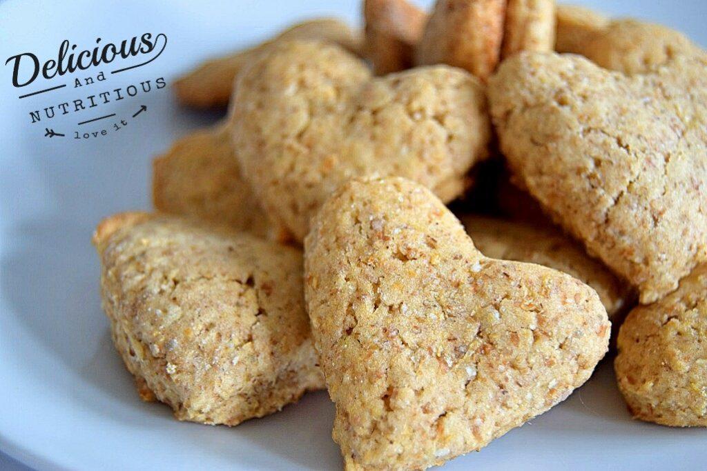 unas cuantas galletas veganas con forma de corazon sobre un plato blanco