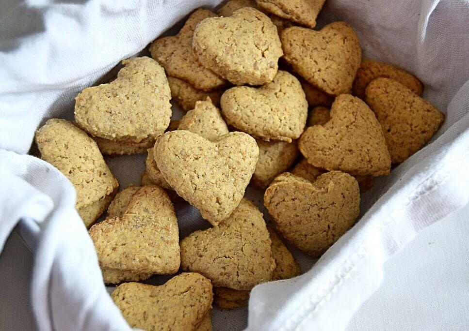 galletas veganas con forma de corazon en una cajita metalica