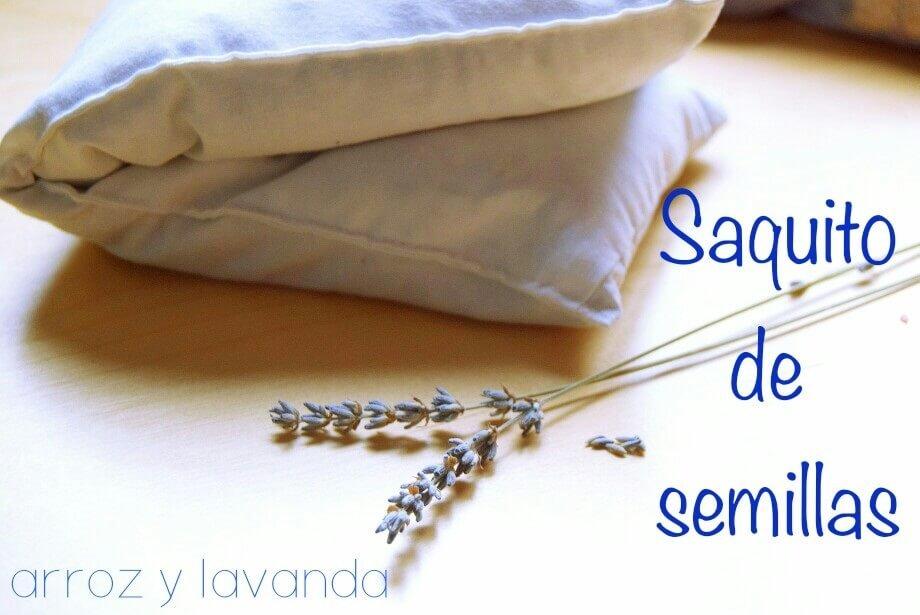 saquito de semillas casero junto a flores de lavanda