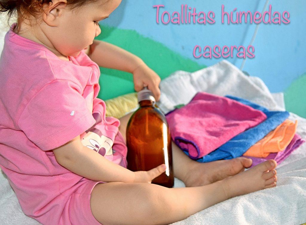 un bebe coge un bote con locion especial para las toallitas humedas