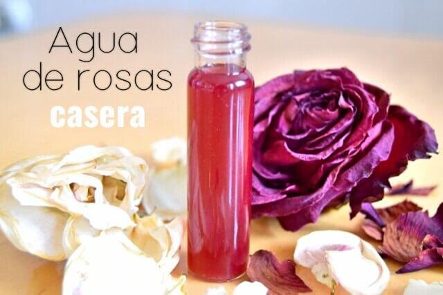 botellita con agua de rosas casera junto a rosas