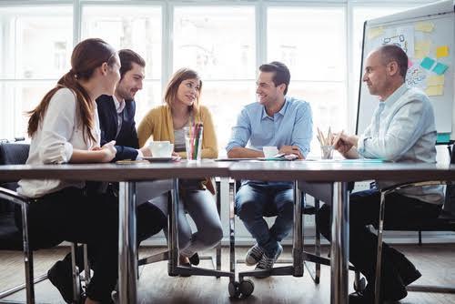 grupo de personas en una reunion