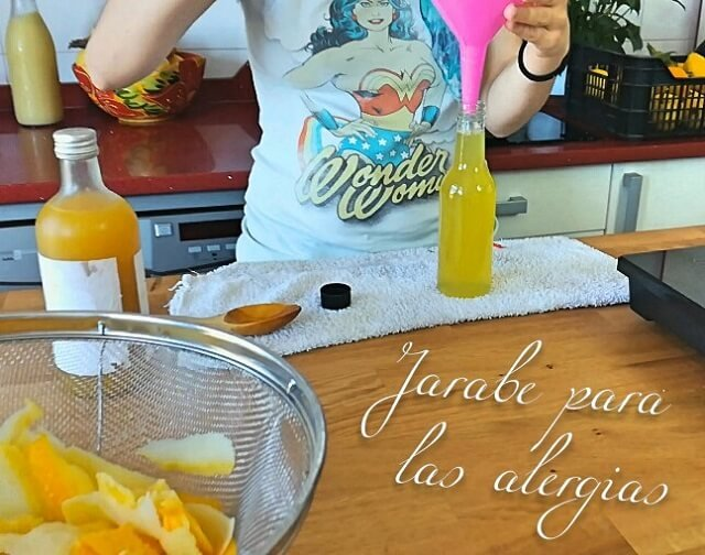 envasando el jarabe para la alergia en una isla de cocina