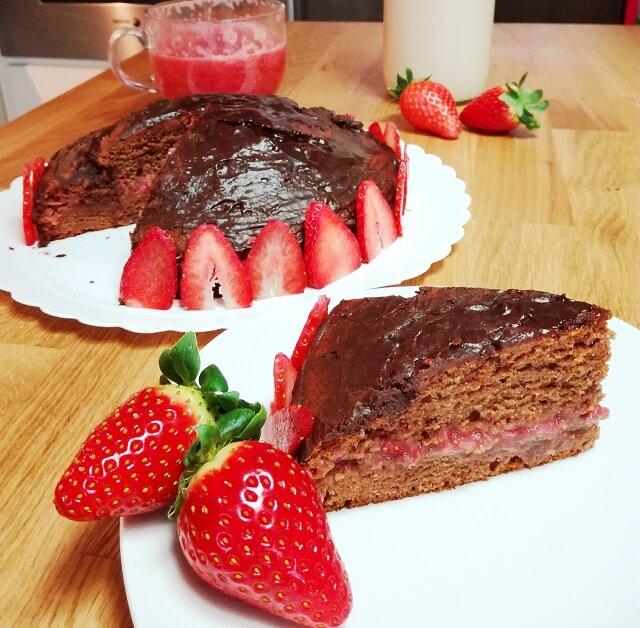Tarta de chocolate y fresa sin huevo ni leche