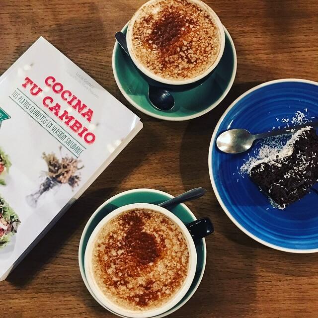 libro cocinando tu cambio junto a unos cafes